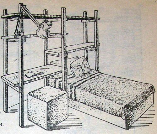 Самодельная компактная кровать с полками