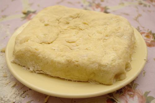 Кладем тесто на тарелку и убираем в холодное место